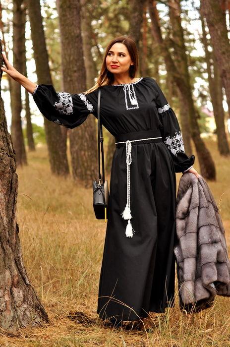 Черное вечернее платье в пол с контрастной вышивкой  (П12-121)