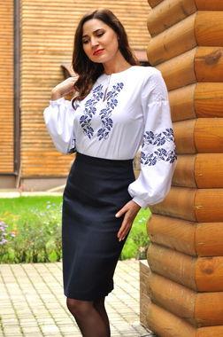 Дизайнерская вышитая блуза с контрастным васильковым орнаментом (Ж33-113)