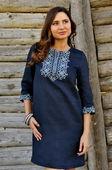 Короткое платье синего оттенка с богатой светлой вышивкой (П07/1-293)