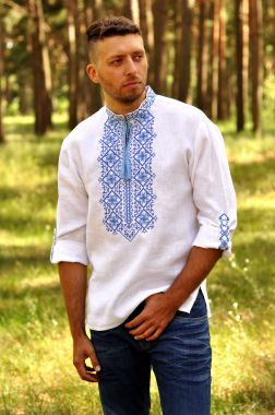 Стильная мужская вышиванка с выразительной вышивкой М01/2-213