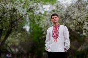 Традиционная вышитая мужская рубашка с ярким орнаментом (М18/2-212)