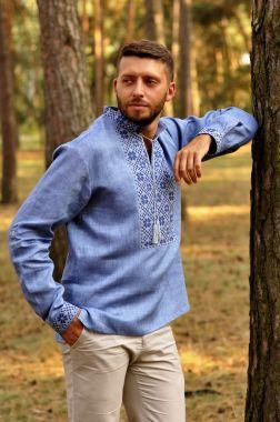 Мужская рубашка-вышиванка классического кроя с вышивкой (М19/1-273)