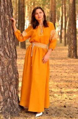 Жіночне плаття гірчичного відтінку зі світлою-сірої вишивкою (П16 / 8-251)