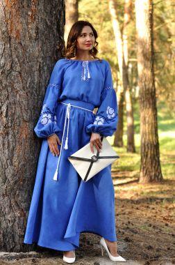 Эффектное вышитое платье в пол из натурального льна (П24-291)