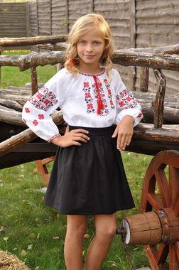 Вышитая рубашка для девочки с традиционным красно-черным узором (Д074/2-212)